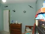 Quarto do Iuri com desenhos de aviões e helicopteros